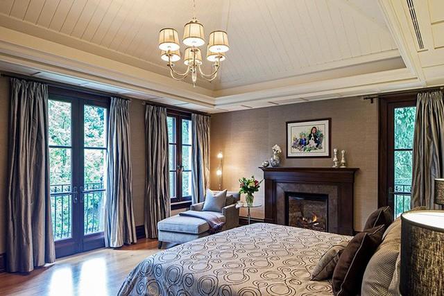 Trần nhà gỗ sơn trắng thích hợp với những căn phòng ngủ mang phong cách thanh lịch, hiện đại.