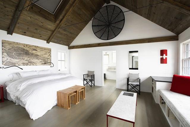 Trần nhà bằng gỗ sẫm màu lại tạo điểm nhấn thu hút ấn nhìn bên trong căn phòng.