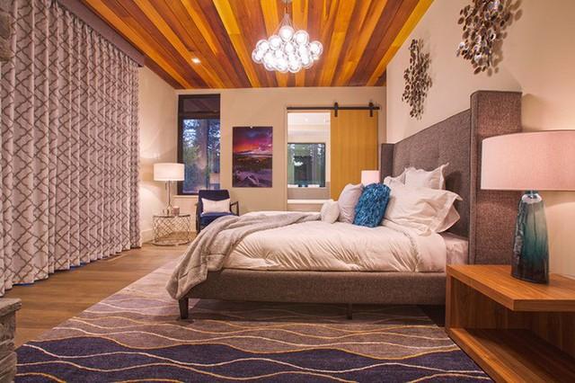 Trần nhà gỗ được sơn màu ấn tượng mang đến vẻ đẹp sinh động, đầy sức sống cho căn phòng ngủ.