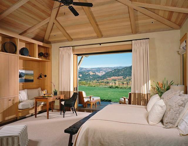 Vì trần gỗ thường có trọng lượng nặng hơn trần thạch cao nên bạn cần chú ý đến thiết kế trụ nhà thích hợp.
