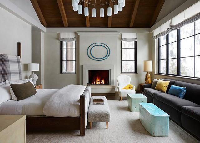 So với trần nhà bằng thạch cao thì bạn có thể thấy được sự ấm áp hơn hẳn của không gian phòng ngủ khi lựa chọn trần nhà bằng gỗ tự nhiên.