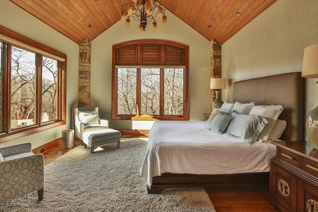 Gỗ tự nhiên dùng làm trần nhà thường có độ dày từ 8 đến 12mm và được xử lý để chống mối mọt, ẩm mốc trong quá trình sử dụng.