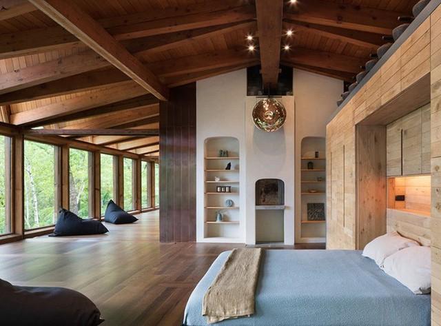 Trần nhà bằng gỗ kết hợp với các món đồ nội thất gỗ khác mang đến vẻ đẹp hoàn hảo cho không gian sống gia đình.