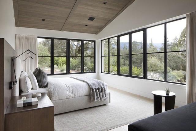 Đặc biệt, với tính chất của gỗ tự nhiên, trần nhà bằng gỗ rất thích hợp để sử dụng bên trong phòng ngủ.
