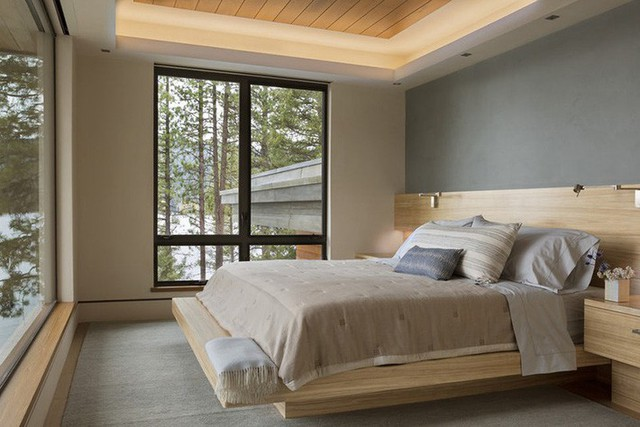 Với trần nhà bằng gỗ, bạn sẽ luôn cảm thấy căn phòng ngủ của mình ấm áp hơn trong những ngày mùa đông giá rét.