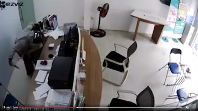 Vụ cướp kề dao vào cổ cướp tài sản, nữ nhân viên bình tĩnh đạp ngã đối tượg: Đã bắt được nghi can - Ảnh 1.