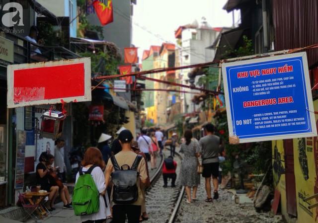 Hà Nội: Bất chấp nguy hiểm, khách du lịch vẫn thản nhiên chụp ảnh, ăn uống ngay sát đường ray tàu - Ảnh 1.