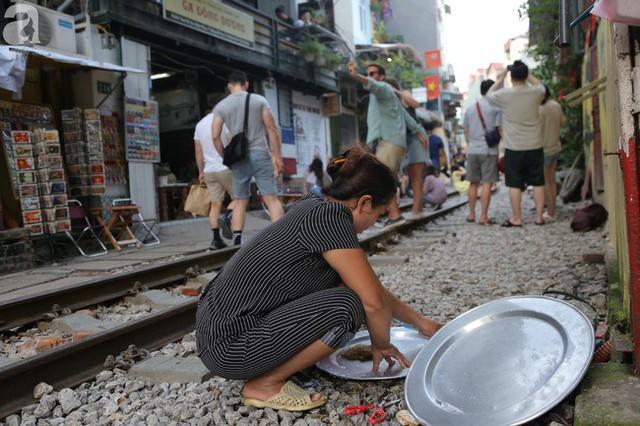 Hà Nội: Bất chấp nguy hiểm, khách du lịch vẫn thản nhiên chụp ảnh, ăn uống ngay sát đường ray tàu - Ảnh 11.