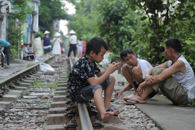 Hà Nội: Bất chấp nguy hiểm, khách du lịch vẫn thản nhiên chụp ảnh, ăn uống ngay sát đường ray tàu - Ảnh 12.