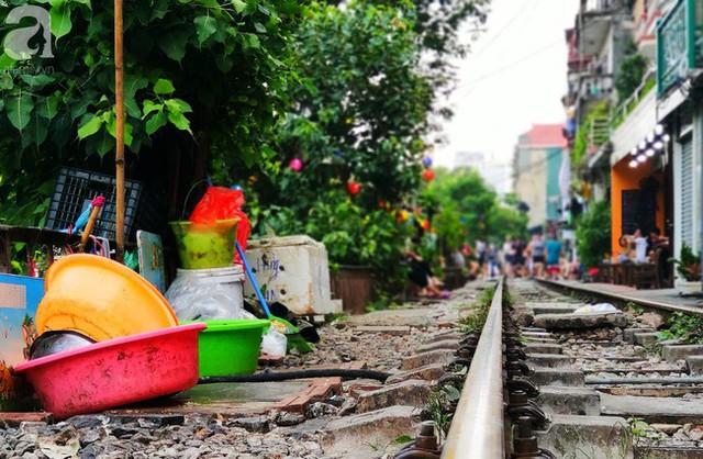Hà Nội: Bất chấp nguy hiểm, khách du lịch vẫn thản nhiên chụp ảnh, ăn uống ngay sát đường ray tàu - Ảnh 13.