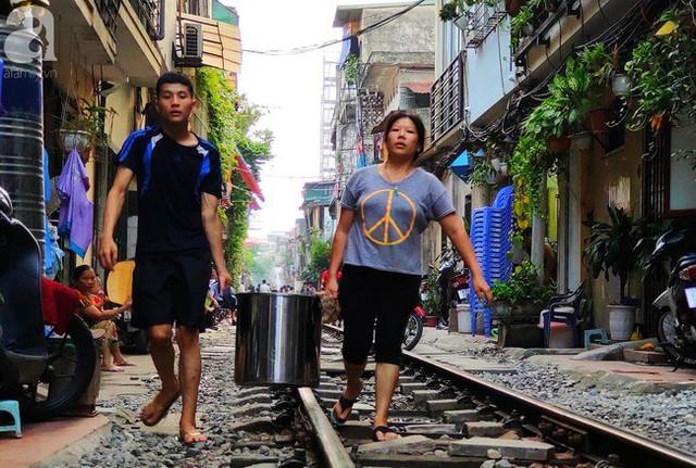 Hà Nội: Bất chấp nguy hiểm, khách du lịch vẫn thản nhiên chụp ảnh, ăn uống ngay sát đường ray tàu - Ảnh 15.