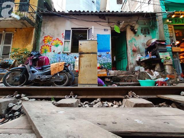 Hà Nội: Bất chấp nguy hiểm, khách du lịch vẫn thản nhiên chụp ảnh, ăn uống ngay sát đường ray tàu - Ảnh 16.