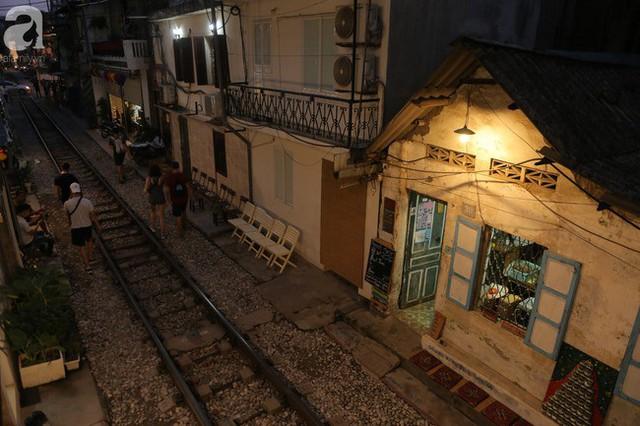 Hà Nội: Bất chấp nguy hiểm, khách du lịch vẫn thản nhiên chụp ảnh, ăn uống ngay sát đường ray tàu - Ảnh 17.