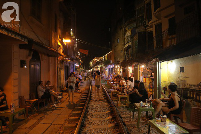 Hà Nội: Bất chấp nguy hiểm, khách du lịch vẫn thản nhiên chụp ảnh, ăn uống ngay sát đường ray tàu - Ảnh 18.