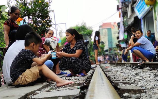 Hà Nội: Bất chấp nguy hiểm, khách du lịch vẫn thản nhiên chụp ảnh, ăn uống ngay sát đường ray tàu - Ảnh 3.