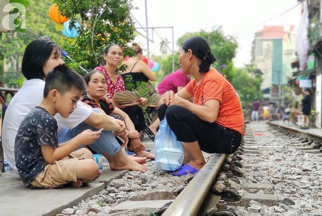 Hà Nội: Bất chấp nguy hiểm, khách du lịch vẫn thản nhiên chụp ảnh, ăn uống ngay sát đường ray tàu - Ảnh 4.