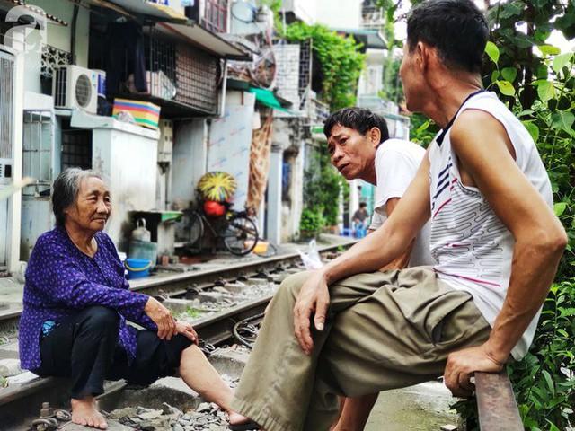 Hà Nội: Bất chấp nguy hiểm, khách du lịch vẫn thản nhiên chụp ảnh, ăn uống ngay sát đường ray tàu - Ảnh 5.