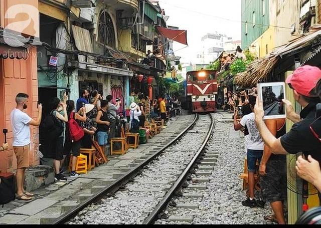 Hà Nội: Bất chấp nguy hiểm, khách du lịch vẫn thản nhiên chụp ảnh, ăn uống ngay sát đường ray tàu - Ảnh 6.