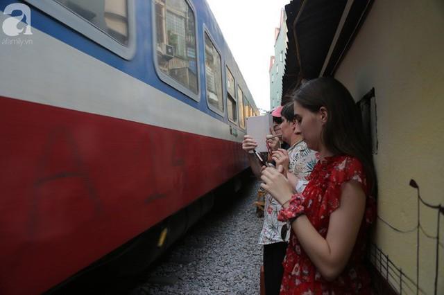 Hà Nội: Bất chấp nguy hiểm, khách du lịch vẫn thản nhiên chụp ảnh, ăn uống ngay sát đường ray tàu - Ảnh 7.