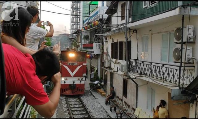 Hà Nội: Bất chấp nguy hiểm, khách du lịch vẫn thản nhiên chụp ảnh, ăn uống ngay sát đường ray tàu - Ảnh 8.