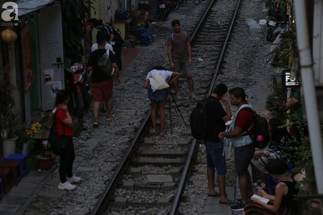 Hà Nội: Bất chấp nguy hiểm, khách du lịch vẫn thản nhiên chụp ảnh, ăn uống ngay sát đường ray tàu - Ảnh 9.