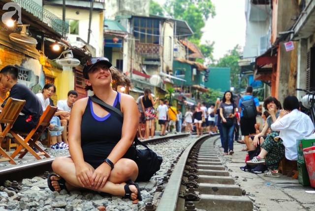 Hà Nội: Bất chấp nguy hiểm, khách du lịch vẫn thản nhiên chụp ảnh, ăn uống ngay sát đường ray tàu - Ảnh 10.