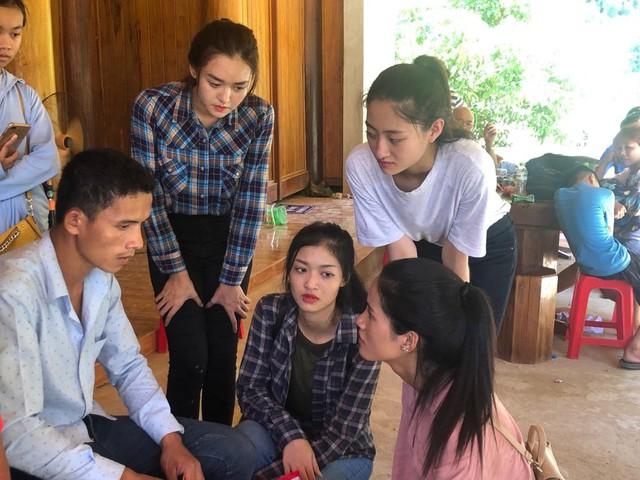Các người đẹp Miss World Việt Nam chia sẻ với người dân vùng lũ xứ Thanh - Ảnh 3.