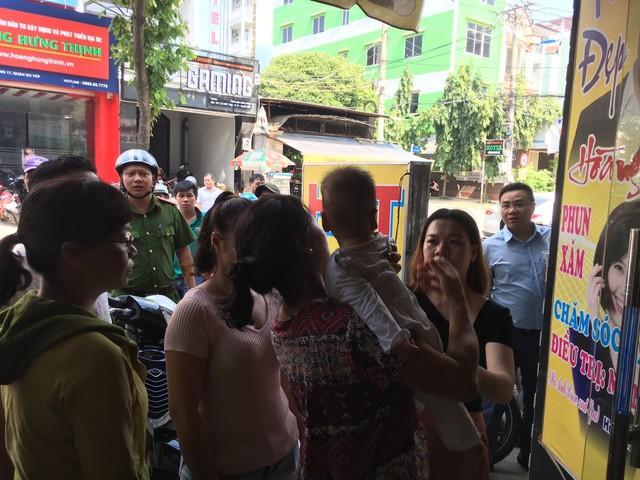 Phá cửa thang máy cứu bé trai 8 tháng tuổi và bà nội đang la hét ở Sài Gòn - Ảnh 3.
