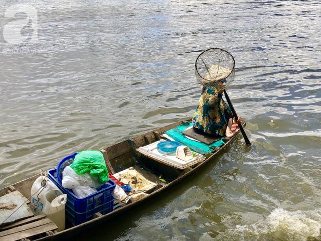 Phóng sinh Rằm tháng 7: Chim vừa sổ lồng, cá được thả xuống sông chưa kịp bơi đã bị đặt bẫy, chích điện vớt lên bán lại cho khách - Ảnh 17.