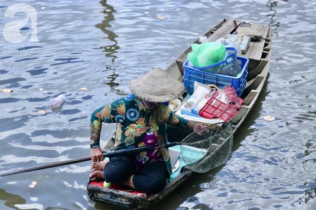 Phóng sinh Rằm tháng 7: Chim vừa sổ lồng, cá được thả xuống sông chưa kịp bơi đã bị đặt bẫy, chích điện vớt lên bán lại cho khách - Ảnh 8.