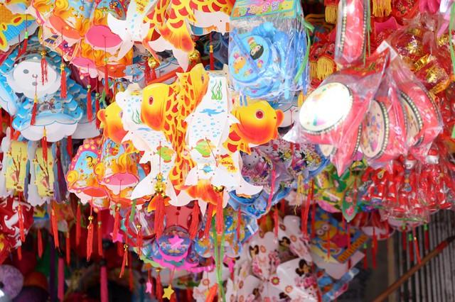Đồ chơi made in Việt Nam bất ngờ lấn át Trung Quốc tại Hàng Mã trước mùa Trung thu - Ảnh 2.