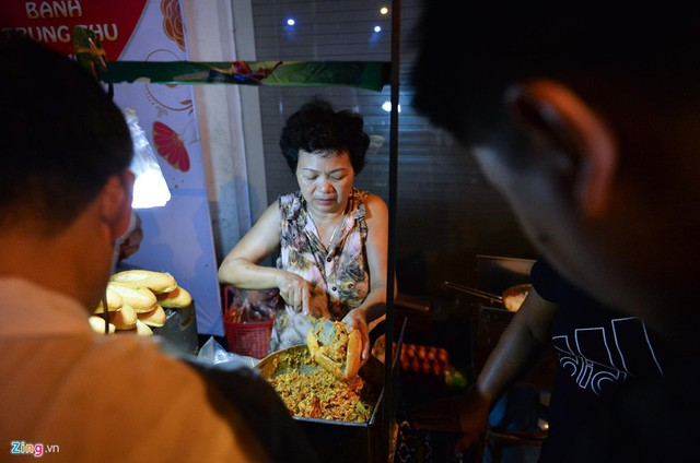 Xếp hàng lúc rạng sáng để mua bánh mì hổ lốn ở Hà Nội - Ảnh 3.