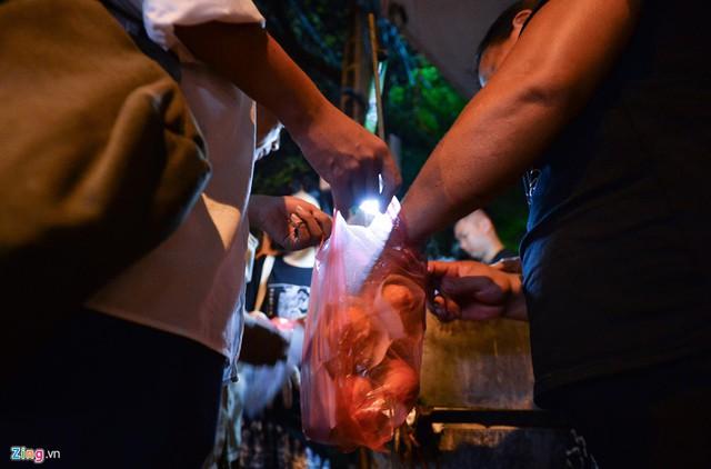 Xếp hàng lúc rạng sáng để mua bánh mì hổ lốn ở Hà Nội - Ảnh 7.