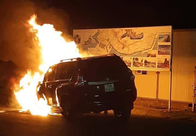 Đâm trúng dải phân cách, ô tô 2 tỷ bất ngờ bốc cháy - Ảnh 1.