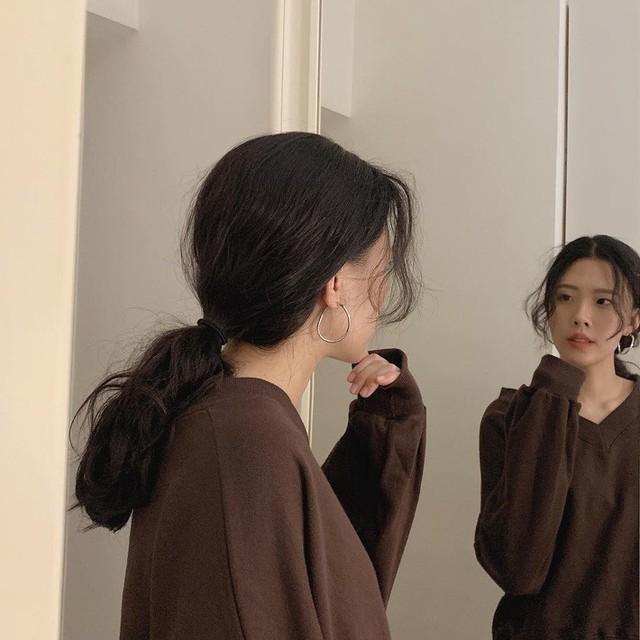 Chẳng cần tác động dao kéo, chỉ vài kiểu tóc đơn giản cũng có thể giấu nhẹm nhược điểm nọng cằm - Ảnh 2.