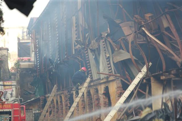 Xót xa toàn cảnh đám cháy Nhà máy bóng đèn phích nước Rạng Đông nhìn từ trên cao - Ảnh 4.