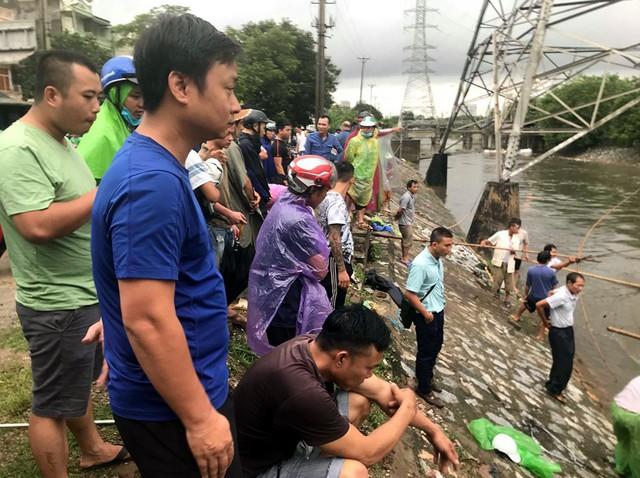 Sau mưa ngập, người Thủ đô hào hứng bắt hàng tấn cá dưới sông Kim Ngưu - Ảnh 2.