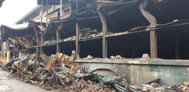 Chùm ảnh: Người dân bịt kín mặt mũi đối phó mùi hôi khét sau vụ cháy kho Công ty Rạng Đông - Ảnh 4.