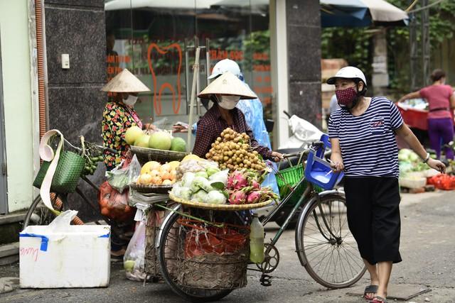 Sau vụ cháy tại Công ty CP Bóng đèn phích nước Rạng Đông:  Nhiều người dân di dời tránh ô nhiễm không khí - Ảnh 2.