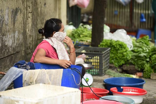 Chùm ảnh: Người dân bịt kín mặt mũi đối phó mùi hôi khét sau vụ cháy kho Công ty Rạng Đông - Ảnh 6.
