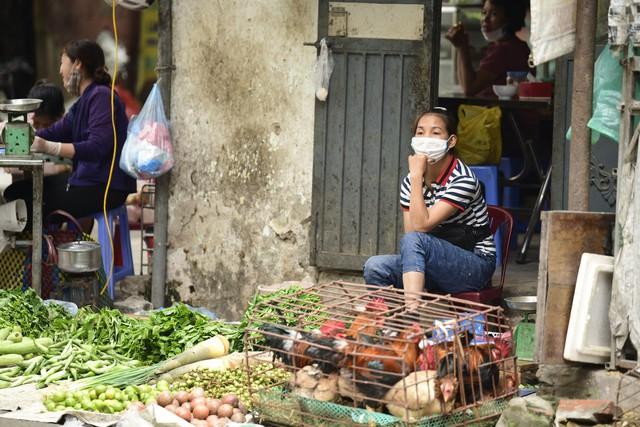 Chùm ảnh: Người dân bịt kín mặt mũi đối phó mùi hôi khét sau vụ cháy kho Công ty Rạng Đông - Ảnh 11.