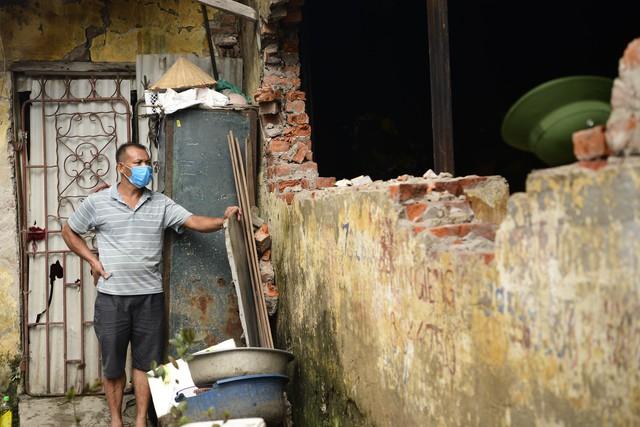 Chùm ảnh: Người dân bịt kín mặt mũi đối phó mùi hôi khét sau vụ cháy kho Công ty Rạng Đông - Ảnh 8.