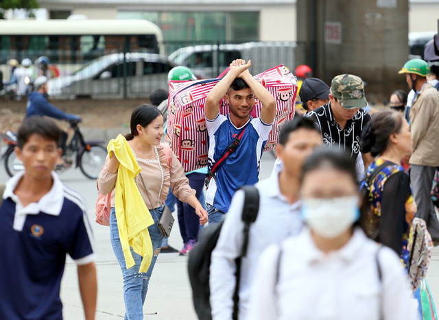 Người dân vội vã đổ ra bến xe về quê nghỉ lễ 2/9 trước khi Hà Nội mưa dông ập tới - Ảnh 1.