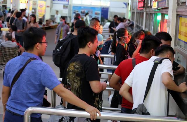 Người dân vội vã đổ ra bến xe về quê nghỉ lễ 2/9 trước khi Hà Nội mưa dông ập tới - Ảnh 6.