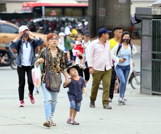 Người dân vội vã đổ ra bến xe về quê nghỉ lễ 2/9 trước khi Hà Nội mưa dông ập tới - Ảnh 4.
