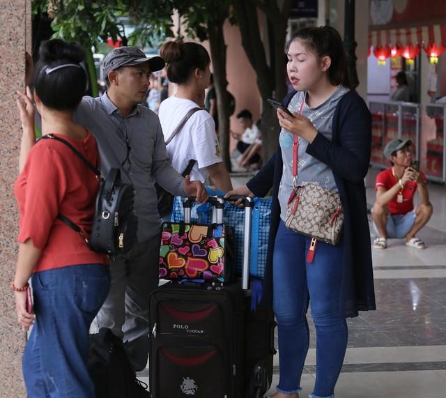 Người dân vội vã đổ ra bến xe về quê nghỉ lễ 2/9 trước khi Hà Nội mưa dông ập tới - Ảnh 8.