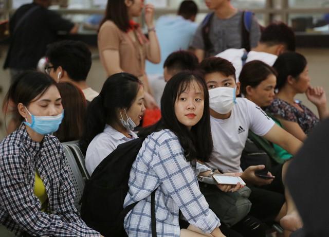 Người dân vội vã đổ ra bến xe về quê nghỉ lễ 2/9 trước khi Hà Nội mưa dông ập tới - Ảnh 9.