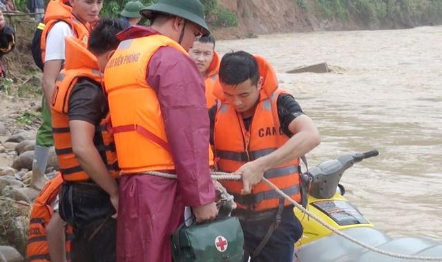 Hình ảnh lay động lòng người của những chiến sỹ công an dầm mình trong nước lũ cứu người - Ảnh 4.