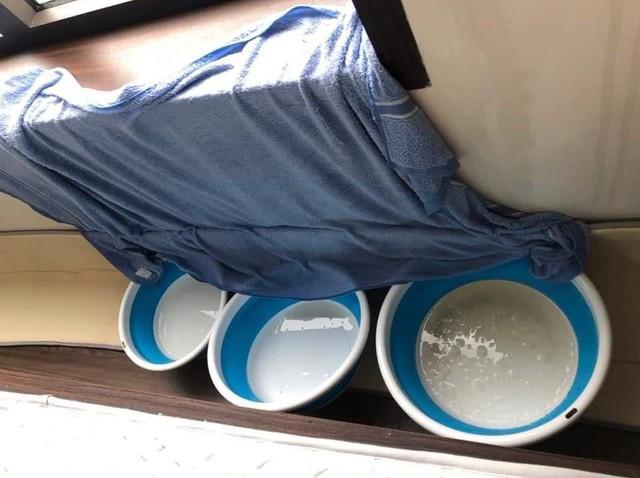 Hà Nội: Ngày mưa bão, dân chung cư ngao ngán chống ngập giữa lưng trời - Ảnh 2.