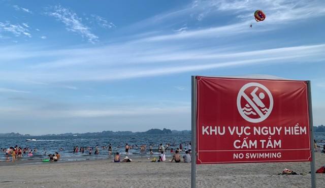 Vì tiện, khách du lịch Hạ Long thản nhiên tắm ở vùng nguy hiểm - Ảnh 3.